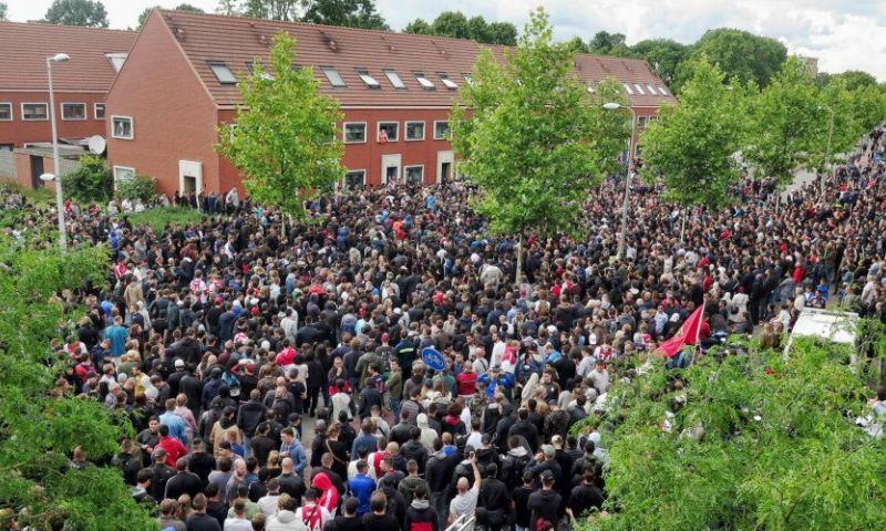 Duizenden Ajax-fans bij huis van Nouri