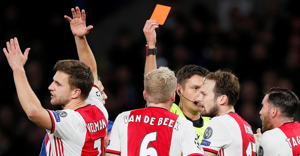 Ajax geeft na twee rode kaarten 1-4 voorsprong uit handen op Stamford Bridge