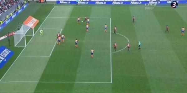 Balotelli zet zichzelf in de schijnwerpers met knappe goal in Frankrijk