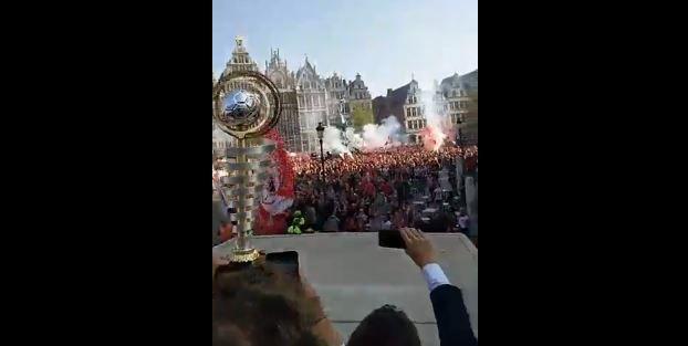 KNAP! Mensenmassa ontvangt in het 't Stad de kampioen