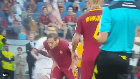 Hij kon het niet laten: Totti eindigt Roma-tijdperk met truc