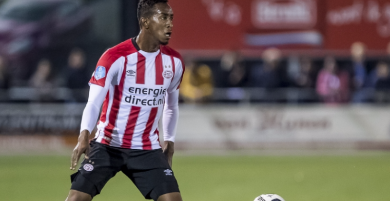 'Hij investeert veel in zichzelf bij PSV en gaat niet bij de pakken neerzitten'