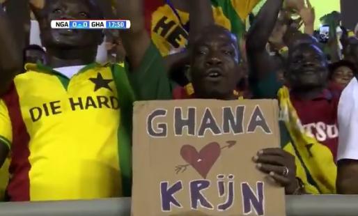 Ghanese fans wapperen met beeltenis van Nederlandse commentator
