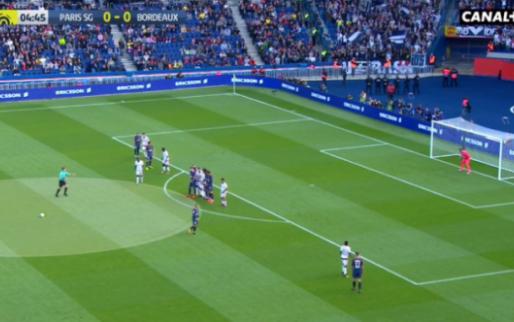 Neymar is niet te stoppen: perfecte vrije trap van 25 meter in kruising