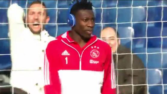 Relaxte Onana zet koptelefoon af voor Feyenoord-fans en lacht breeduit