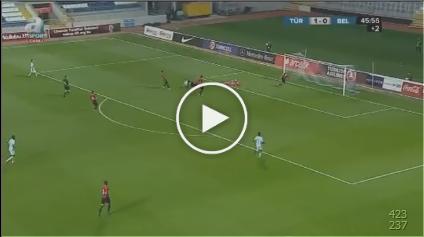 GELUK VOOR U21! Turk schiet bal via de lat en zichzelf in eigen doel!