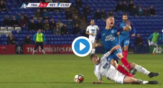 Vliegende tackle met twee benen in de FA Cup: Drie rode kaarten tegelijk