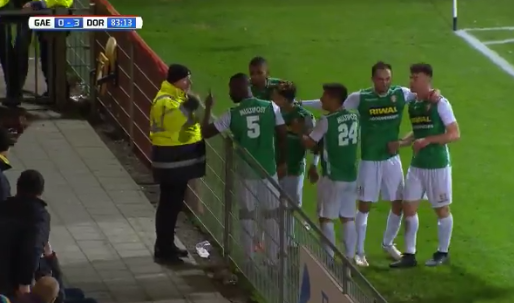 Dordrecht-spelers ruzieën met steward vanwege kussende Feyenoord-huurling