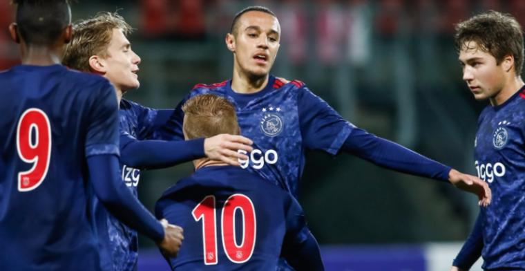 Jong Ajax geeft het helemaal weg en is het even kwijt, Jong PSV wint wel