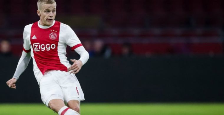 Van de Beek rent tijdens Ajax-duel van het veld af: Op de bank wel lol om
