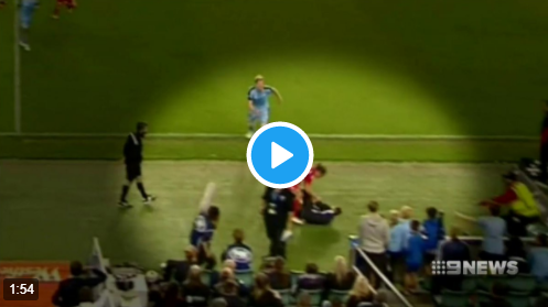 Massale vechtpartij na bizar incident: speler gooit ballenjongen hard omver