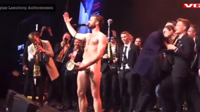Rel in Noorwegen: bekerwinnaar voert striptease uit en stopt piemel in hoofdprijs
