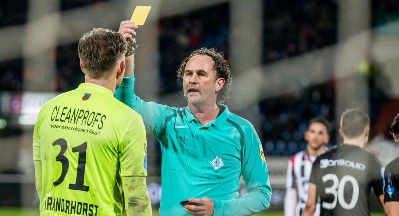 Afbeelding: Willem II-doelman geeft scheidsrechter een duw: 'Ik zei al: het was een reflex'