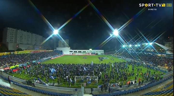 Afbeelding: Honderden FC Porto-fans vluchten het veld op: tribune op instorten