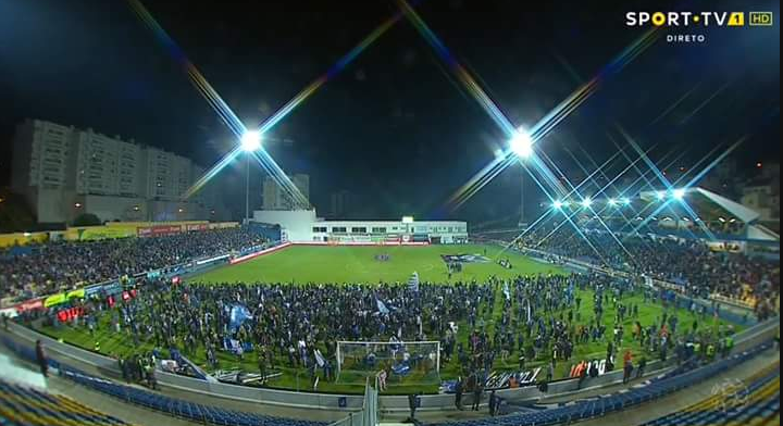 Honderden FC Porto-fans vluchten het veld op: tribune op instorten