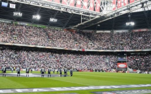 'Sommige Ajax-fans gaan eerder weg. Dan zing ik: laat je club maar in de steek'