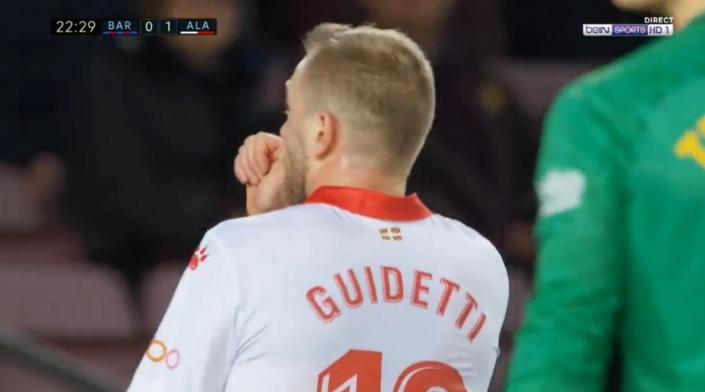 Guidetti scoort tegen Barcelona in Camp Nou en stopt duim in z'n mond