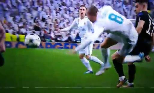 Kroos probeert penalty te versieren met slechtste schwalbe ooit