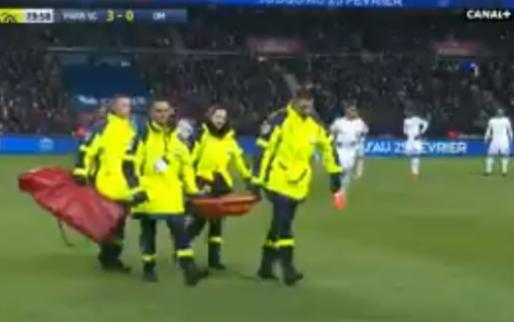 Pijnlijke beelden: Neymar verzwikt enkel en moet per brancard het veld verlaten