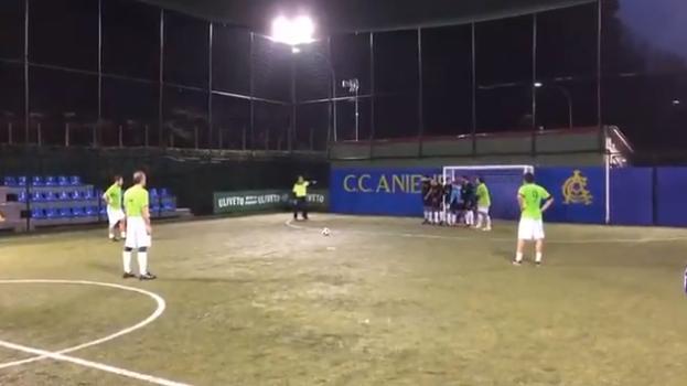 Maestro Totti kan het nog steeds: heerlijke stiftbal tijdens potje met vrienden