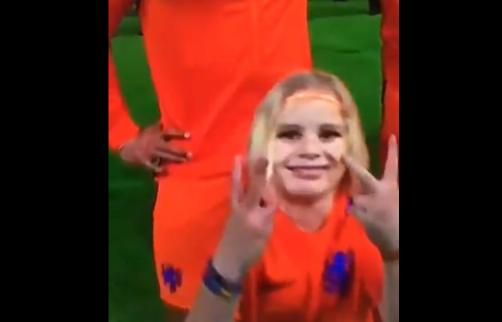 Schattig: Oranje-mascotte pakt haar moment tijdens volkslied Nederland