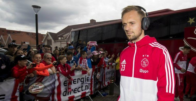 Boze supporters wachten spelersbus van Ajax op bij Johan Cruijff Arena