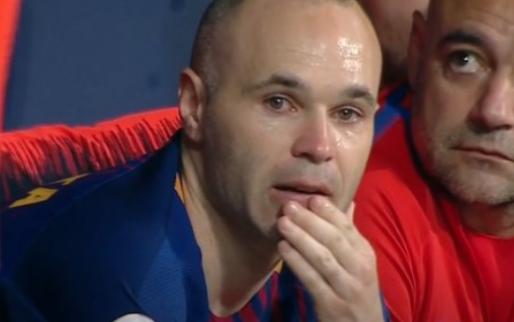 Geëmotioneerde Iniesta krijgt publiekswissel: alle supporters staan op en klappen