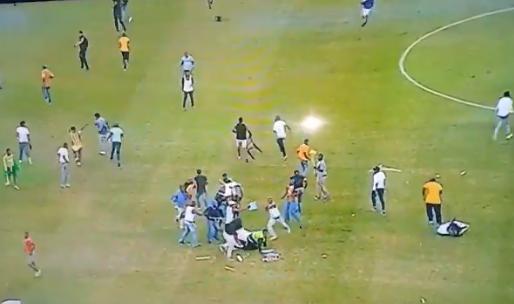 Heftige beelden uit Zuid-Afrika: hooligans slaan steward helemaal in elkaar
