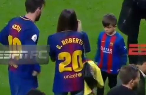 Messi gaat met vrouw op de foto, maar weet niet waar hij zijn hand moet laten