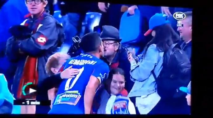 Vreemde beelden: speler krijgt geld en kust mannelijke fan op de mond
