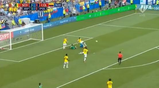 Makkelie grijpt in: Sánchez ontsnapt aan penalty met briljante tackle