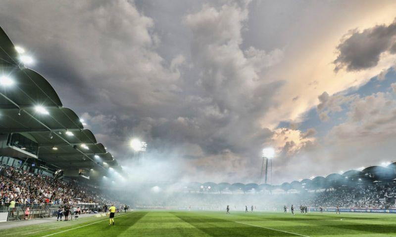 Afbeelding: Fans van oude Ajax-bekende misdragen zich: grensrechter geveld door bierblikje