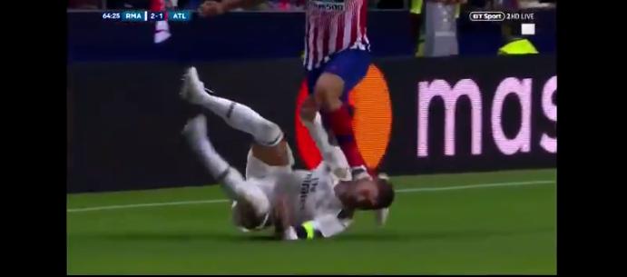 Snoeihard duel tussen Diego Costa en Ramos: Real-captain krijgt schoen tegen hoofd