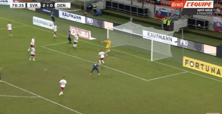 Deense zaalvoetballer maakt klungelige eigen goal tijdens velddebuut
