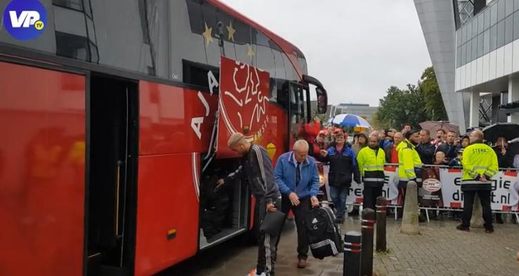 Ajax-spelers flink uitgejouwd bij aankomst Philips Stadion: 'Donny op de bank'