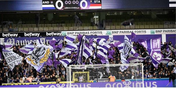 Opvallend: Anderlecht-fans dagen aartsrivaal uit met gestolen spandoek