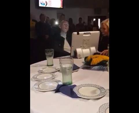 Ricksen krijgt Schotse lachers op zijn hand met spraakcomputer: Bastard