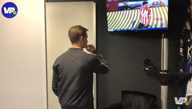Frenkie de Jong kijkt samenvatting PSV en maakt wegwerpgebaartje
