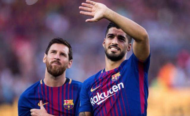 Messi y Suárez celebran la victoria ante el Madrid brindando
