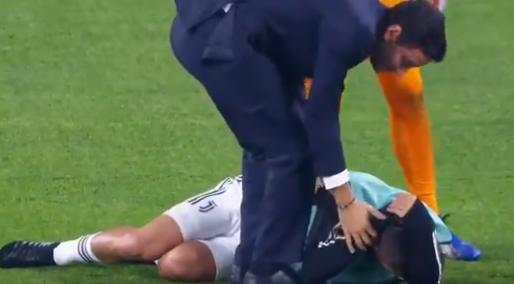 Afbeelding: Dybala wordt vol op achterhoofd geraakt door Juve-teamgenoot en gaat naar de grond