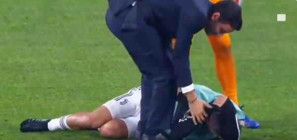 Dybala vol op achterhoofd geraakt door Juve-teamgenoot en gaat naar de grond