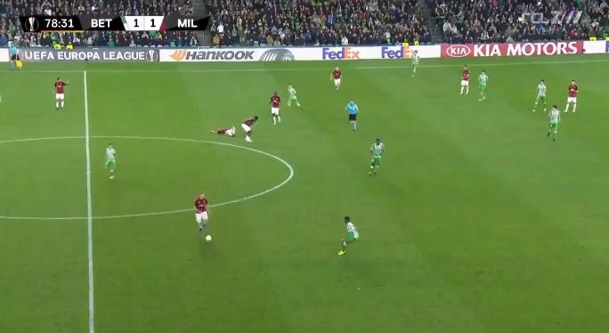 Paniek bij AC Milan: verdediger krijgt trap van teamgenoot en gaat gestrekt