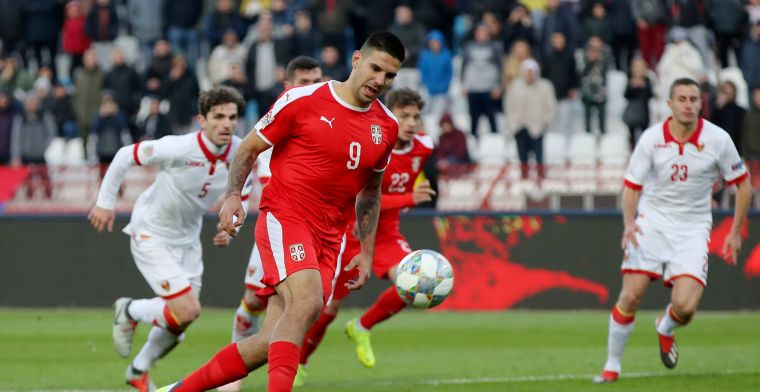 Mitrovic probeert panenka, faalt en gaat door het stof: 'Ik ben stom!'