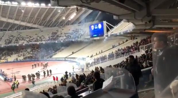 AEK-fans openen weer de aanval op Ajax-vak: vuurwerk vanuit de gracht