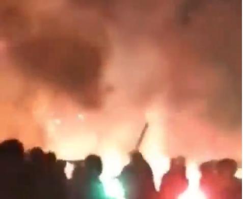 Voetbalhooligans gooien met vuurwerk en zorgen voor complete chaos in Athene