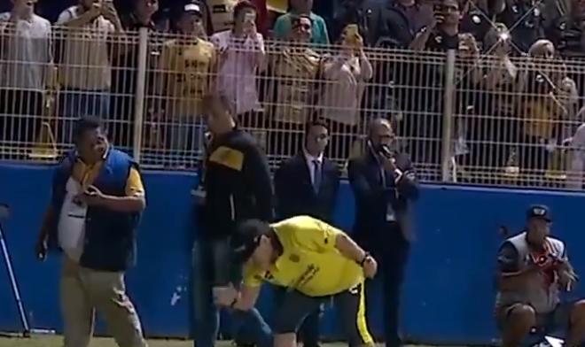Geniale aftocht Maradona: rode kaart, staande ovatie en het gras kussend