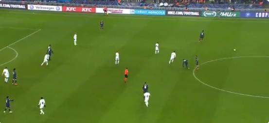 Neymar neemt met rainbow flick wraak op schoppende tegenstander