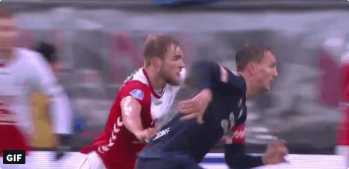 FC Utrecht ontsnapt aan penalty na shirtje trekken van Letschert bij De Jong