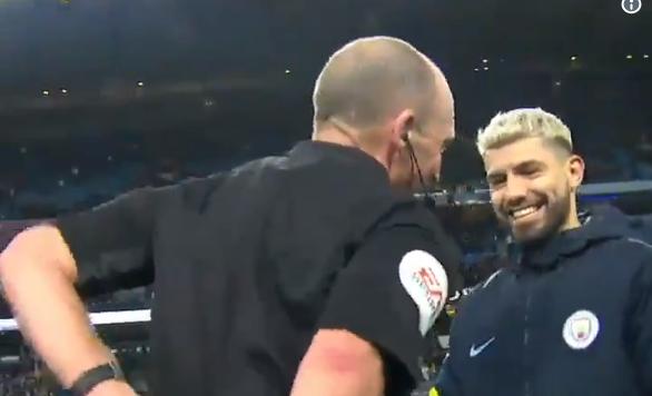 Scheidsrechte Dean steelt na City – Chelsea de show en de matchbal van Agüero