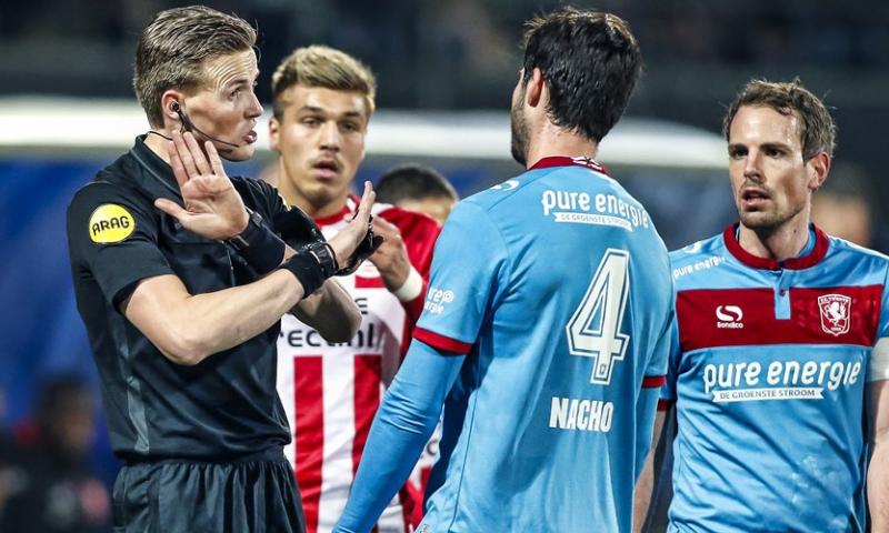 Afbeelding: Twente wint topper in Eindhoven, staat acht punten voor en kan Eredivisie ruiken